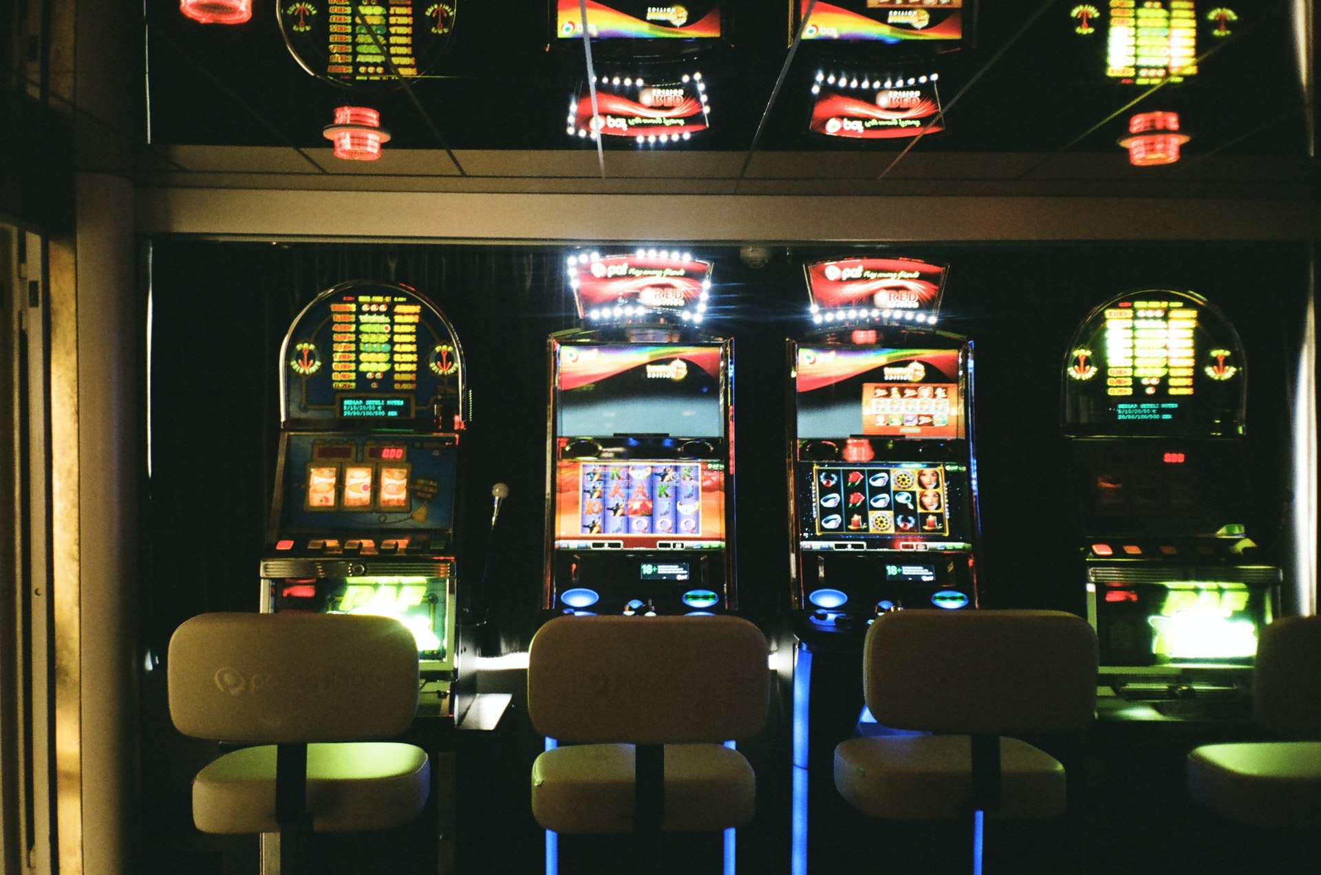 Online vs offline slots: Payouts, RTPs and experience